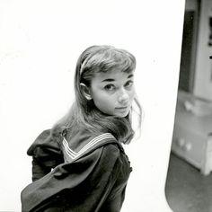 セーラー服姿のオードリー・ヘプバーン(1951年)