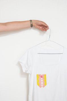 Maak je eigen t-shirt zakje #diy #pocket T Shirts, Diys, Polo Shirt, Sewing, Mens Tops, Fashion, Tee Shirts, Moda, Polos