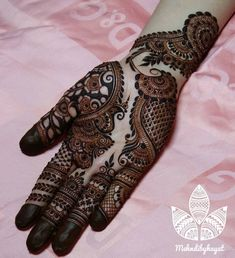 Mehndi design makes hand beautiful and fabulous. Here, you will see awesome and Simple Mehndi Designs For Hands. Khafif Mehndi Design, Henna Art Designs, Mehndi Designs For Girls, Stylish Mehndi Designs, Dulhan Mehndi Designs, Mehndi Designs For Fingers, Mehndi Design Pictures, Beautiful Henna Designs, Mehandi Designs
