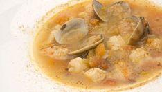 Karlos Arguiñano elabora una receta de sopa de pescado con merluza, cabracho, langostinos, almejas, pan de sopa y verduras de temporada. #receta #sopadepescado #sopa
