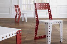 Stuhl und Tisch, als Meccano-Möbel zusammengebaut.