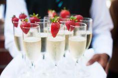 Hier findet ihr zum Sektempfang bei der Hochzeit alle wichtigen Tipps und Ideen: Von der perfekten Getränkeauswahl bis hin zu leckeren Fingerfood-Ideen.