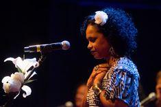 """Dona de uma voz mansa e suave, a fluminense entoa músicas de Cartola na terceira edição do """"Executiva no Palco""""."""