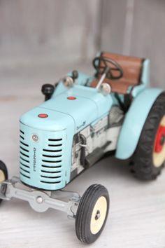 Tractor. new. vita drommar & busiga barn