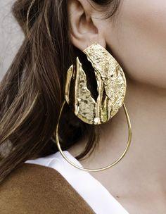 boucle d'oreille Textured Hoop de Misho en argent plaqué or