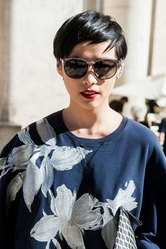 13 new ways to wear sunglasses – street style inspiration - Elle Canada Very Short Hair Men, Long To Short Hair, Short Hair Cuts, Short Hair Styles, My Hairstyle, Boho Hairstyles, Short Hairstyles For Women, Short Hair Fashion Outfits, Androgynous Haircut