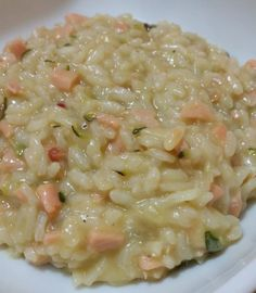 Risotto con salmone e zucchine Risotto Recipes, Rice Recipes, Cooking Recipes, Healthy Recipes, Salmon Risotto, Good Food, Yummy Food, International Recipes, I Foods