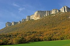 Terra Estella es paisaje, cultura y gastronomía: huertas, campos, viñedos y olivares, inundan los valles, castillos, palacios y murallas, los municipios, y las mesas de productos autóctonos, espárragos, pimientos, alcachofas y hasta trufas, regadas con un buen rosado navarro.  Sierra de Lokiz, #Navarra -> http://www.turismo.navarra.es/esp/organice-viaje/recurso/Patrimonio/4482/Sierra-de-Loquiz.htm