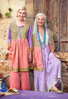 + Ideas for Romantic and Chic Boho Style Outfits - older woman with long white hair, standing next to young blonde woman, both wearing bohemian style - Boho Chic, Style Boho, Bohemian Style Clothing, Gypsy Style, Boho Gypsy, Hippie Style, Moda Hippie, Style Nomade, Dame Chic