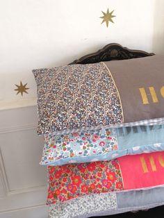Coussins...pour tes filles ! Tu peux marquer leur prénom au pochoir, + simple su une broderie !!!! Coin Couture, Couture Sewing, Liberty Art Fabrics, Liberty Print, Pillow Inspiration, Tooth Fairy Pillow, Creation Couture, Sewing Appliques, Diy Pillows
