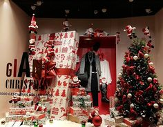 WEBSTA @ carmen_cristi2000 - I really like this time of the year when the store windows are so nicely decorated. #switzerland #newinzurich #visitzurich #myswitzerland #storewindow #windowdisplay #visualmerchandising #christmas #giftideas #gifts #manor #zürich