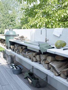 Utekök med grill, byggt i betong.