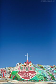 Road trip to Salvation Mountain California from Los Angeles // Local Adventurer Travel Vacation List Holiday Tour Trip Destinations Salvation Mountain, Places To Travel, Places To See, Travel Destinations, Palm Springs, Slab City, Mountain Wallpaper, Cities, Wanderlust