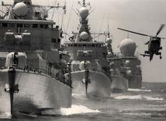 Standaard fregatten van de Kortenaerklasse, gevolgd door een Geleide Wapen fregat van de Tromp klasse