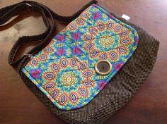 Bolsa confeccionada com tecido nacional e quilt reto. Possui bolso interno. Alça regulável com argolas. <br>Pode ser usada como porta notebook. <br>Peça única.