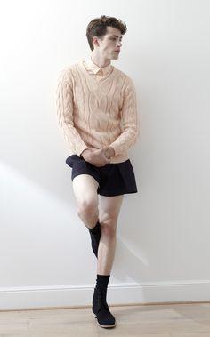 fd3051f7910adc Jupes pour hommes · Montrer l homme autrement qu en pantalon pose la  question brûlante de ses jambes