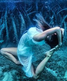 "The underwater ""mermaid"" yoga trend you need to see"