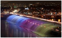 Banpo Fountain Bridge, South Korea: The fountain bridge that crosses the Han River in the Seoul capital of South Korea is a major tourist's attraction. It puts on a fountain and water show at night. Guinness, Worlds Longest Bridge, The Places Youll Go, Places To See, Han River, Famous Bridges, Bridge Design, Les Cascades, Rainbow Bridge