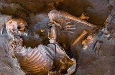 Arqueólogos descobriram 20 esqueletos da Idade da Pedra em torno de um abrigo rochoso no  deserto do Saara, na Líbia, sugere um novo estudo.