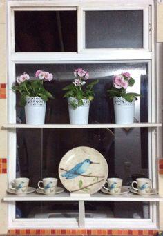 Idea decoración ventana con jardín y loza decorativa. #nelsones