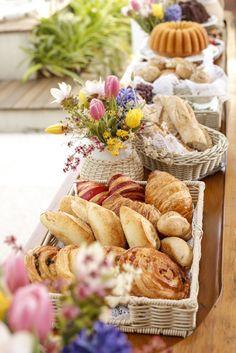 Mesa lateral para servir as comidas do café da manhã com pães variados, bolos e mini cakes feitos pela Maria Marie Bakey!
