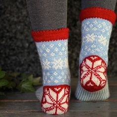 Catch a Falling Star is a stranded top down knitted winter sock made in a fingering yarn. Catch a Falling Star is a stranded top down knitted winter sock made in a fingering yarn. Fair Isle Knitting, Knitting Socks, Knitting Stitches, Knit Socks, Star Patterns, Knitting Patterns, Crochet Patterns, Drops Design, Knitting Blogs