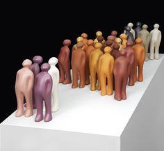 De Visitor beeldjes in keramiek zijn een ontwerp van de Belgische kunstenaar Guido Deleu. De oorspronkelijke versie was in brons, maar nu worden ze in Brazilië gemaakt uit klei in het atelier van Selma Calheira (Cores da Terra). Ze worden volledig met de hand vervaardigd en met natuurlijke pigmenten bewerkt in een brede waaier van kleuren.