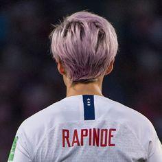 Girl Playing Soccer, Play Soccer, Megan Rapinoe, Fifa Women's World Cup, Soccer Players, Powerful Women, Short Hair Cuts, People, Alex Morgan