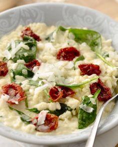 Een eenvoudige, maar toch erg lekker risotto met spinazieblaadjes en zongedroogde tomaatjes. Werk af met goede parmezaanse kaas!