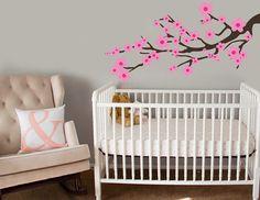 Y el árbol del cerezo de Mulan quedaría hermoso arriba de la cuna.   33 Ideas mágicas para un cuarto de bebé temático de Disney