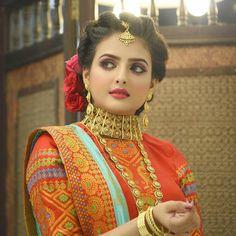 A sneak into world of traditional Indian/Pakistani Bridal Makeup Bridal Makeup Images, Beautiful Bridal Makeup, Bridal Makeup Looks, Bridal Looks, Bridal Style, Gold Lehenga Bridal, Pakistani Bridal Makeup, Indian Bridal Fashion, Indian Bridal Hairstyles