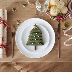 The ULTIMATE Christmas table decor! Have fun with your napkins! Watch how to create yours now:https://www.youtube.com/watch?v=da7ooyi2e_k #FlavoursofXmas