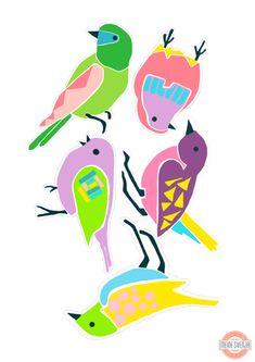 Basteln im Frühling: die kunterbunten Vögel eignen sich besonders gut für eine fröhliche Girlande oder als witzige Deko an weißen Türen. Den kostenlosen Bastelbogen zum ausdrucken gibt es auf http://www.meinesvenja.de/2015/03/31/basteln-fruehling/