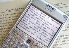 В Петербурге на 14 остановках общественного транспорта установили мобильные библиотеки. Понравившаяся книга может быть загружена с помощью смартфона. Создала и воплотила проект компания МТС.