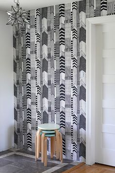 Oh boy am I super envious of the DIY home decor crafted by:  Nalle's House blogspot :D IM IN LOVE w/her newest front entry wallpaper project! #diy2try #newapt