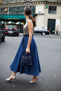 When the 'denim' flirted with the seam Tube Skirt, Denim Mini Skirt, Midi Skirt, Couture Week, Street Style Summer, Casual Looks, Ideias Fashion, Casual Outfits, Vogue