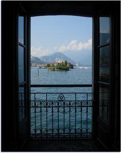 Tre anelli (Borromeo) - Palazzo Borromeo, Isola Bella, Lago Maggiore (VB). Ringhiera di una finestra delle grotte con veduta sull'Isola dei Pescatori.