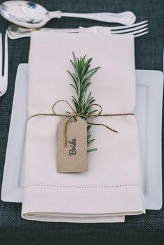 Une petite branche, une étiquette et du ruban pour faire de joli porte nom - Evelyse Le Mentec - #branche #de #du #étiquette #Evelyse #faire #joli #le #Mentec #NOM #Petite #porte #pour #ruban #une