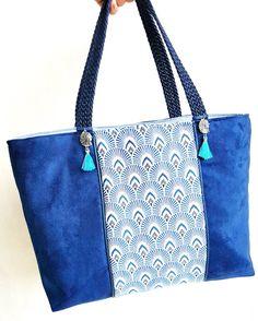 Sac Lana fait main bi-matiere, en jacquard tendance graphique motifs plumes de Paon et suédine bleu marine. Pampille boho. Sac bohème chic. de la boutique LNHKcreations sur Etsy