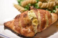 Kylling med pikantost i baconsvøb - ovnstegt, saftig og lækker