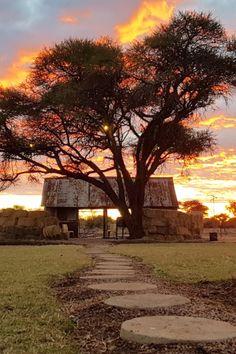 Platteland Country House is op 'n plaas naby Settlers in Limpopo geleë en bied gehalte-verblyf vir 'n gesin of groot groep vriende. Breek weg uit die stad na 'n knus, ruim plaashuis wat slaapplek vir 12 gaste het. Best Sunset, Places To See, Caribbean, Scenery, Around The Worlds, Zip Lining, Country Roads, Explore, Paisajes