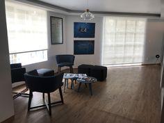 Una recepción con lindos colores azules para destacar los colores corporativos Color Azul, Windows, Blue Colors, Ocean Room, Spotlight, Offices, Window, Ramen