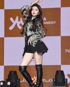 Photo album containing 28 pictures of Yiren Girl Day, New Girl, South Korean Girls, Korean Girl Groups, Asian Woman, Asian Girl, Get Skinny Legs, Yuehua Entertainment, Fandom