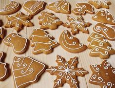 Lemon Foam: Gingerbread pečení a zdobení Christmas Biscuits, Christmas Tree Cookies, Iced Cookies, Christmas Sweets, Christmas Mood, Christmas Gingerbread, Cookie Desserts, Christmas Desserts, Christmas Baking