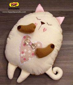 Confira passo a passo como fazer uma linda almofada de gatinho. Feita em tecido, é uma linda opção para quarto infantil ou para amantes dos gatinhos!