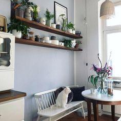 Wunderschöne Küche – bei lieblingsmadchen! #pastelblaue #wandfarbe, natürliche einrichtung mit viel Weiß und Holz und einem weißen Vintage-Sideboard. #catcontent #living #wohnen #wohnideen #einrichten #interior #COUCHstyle