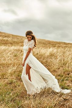 The new Untamed Collection for 2015 from Grace Loves Lace is full of feminine silhouettes and flattering shapes and flowing silk chiffon in fresh ivory and white paired with luxurious sheer and lace panels.