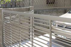 Portões automáticos de garagem garantem comodidade aos moradores da casa. Confira vantagens, preços e novidades do mercado de portão de garagem.
