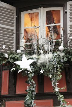 They are all the same … – In Wonderland … - Dekoration Ideen 2020 Winter Window Boxes, Christmas Window Boxes, Christmas Planters, Outdoor Christmas, Rustic Christmas, Christmas Lights, Christmas Time, Christmas Wreaths, Christmas Crafts