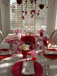 A couple of weeks ago I went to an intimate dinner party and thought the presentation would be great for a Valentine Day dinner. These Valentine's decoration ideas would work for just the two of you or an intimate party… Continue Reading → Valentines Day Tablescapes, Valentine Day Table Decorations, White Christmas Tree Decorations, Valentines Day Dinner, Decoration Table, My Funny Valentine, Valentine Crafts, Valentine Ideas, Valentine Baskets